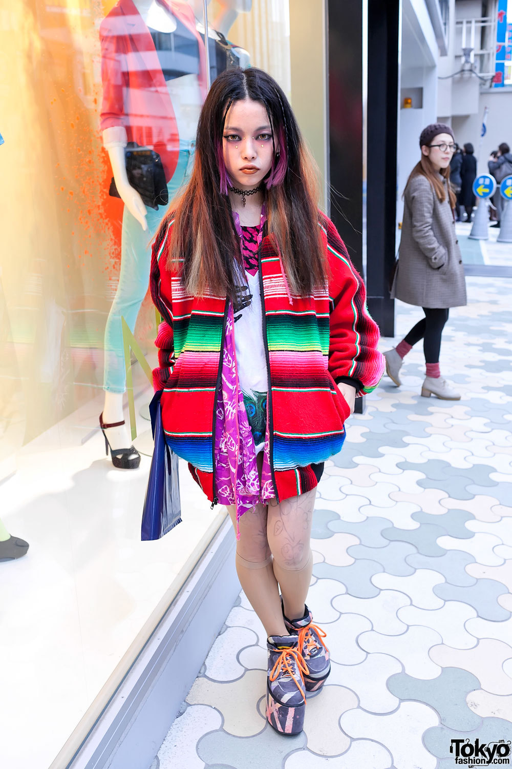 Guess who I saw in Harajuku yesterday? The one-&-only Hirari Ikeda! She was wearing awesome Moonspoon Saloon platform sneakers - pics here. Also, follow her on Tumblr.