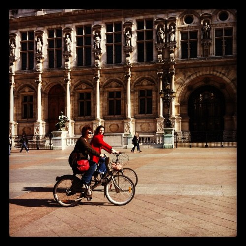 Sistermoon and @pizzakat riding a bike in Paris #paris #bike #bici #velo #velib #vélo #vélib (Pris avec Instagram à Place de l'Hôtel de Ville)