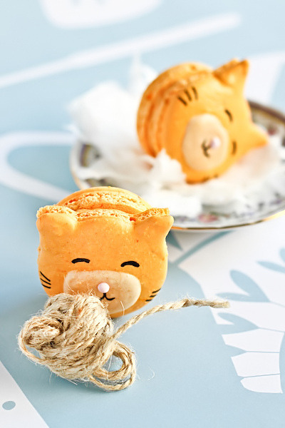 omg….KITTY MACARONS!!!!!!trinketsinthegrotto:  Kitty Cat Carrot Macarons by Raspberri Cupcakes