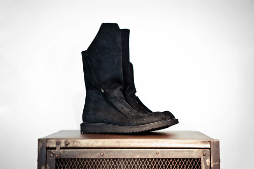 Rick Owens 2012 S/S Desert Hiking Boot Rick Owens continues the release of his Spring/Summer 2012 footwear installments with the latest Desert Hiking Boot. Crafted with a similar ethos as the previously unveiled Leather Hiking Boot, the pair takes on a rough textured black leather upper. A similar oversized tongue accentuates the front facade of the shoe while a laceless vamp and a tonal black lugged outsole round out the neo-military boot aesthetic. The Rick Owens Desert Hiking Boot is now available through ink Hong Kong.