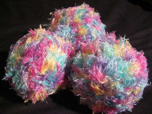My newest juggling ball collection: I LOVE THIS WOOL - Moda Vera's Blissful. Its just so damn pretty! (I've got it in three colours so far :p )