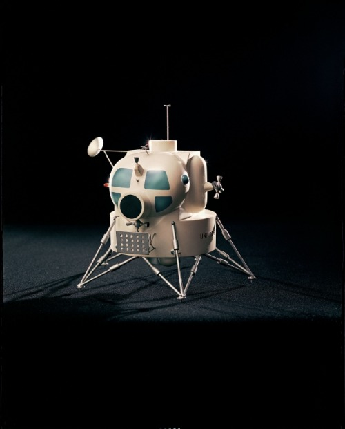 keepfrozen:  Early lunar module model, late 1960s. (via Life)