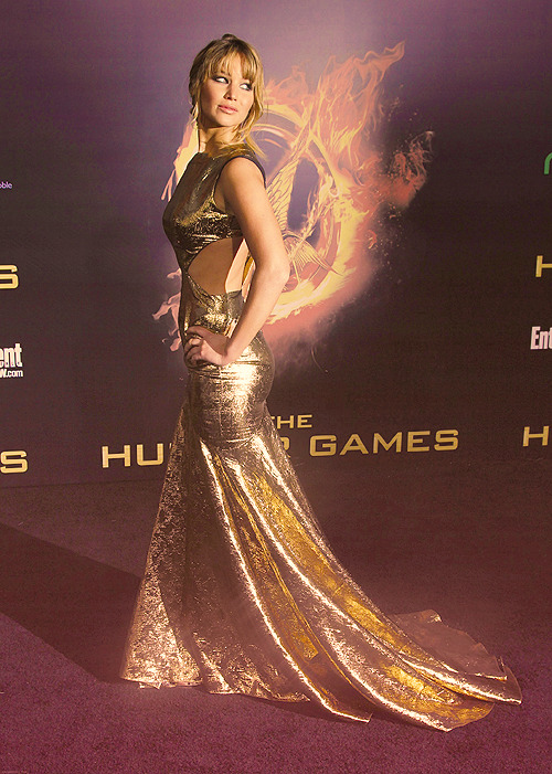 flowerings:  #omg she has the mockingjay wings behind her #this is deeeeep