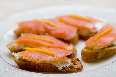 skinnyfoodielife:  Smoked salmon and goat cheese toasts