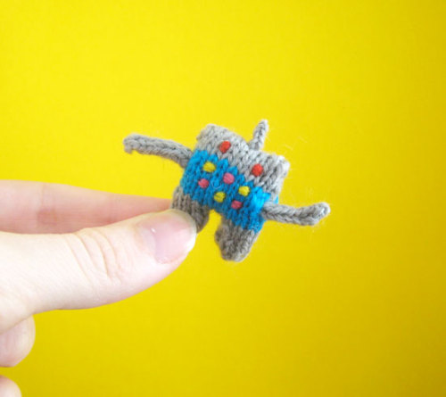 domestitch:  Tiny Robot by Mochimochi (via Knithacker)