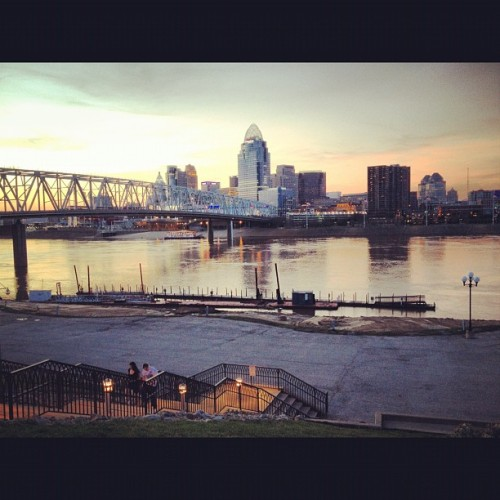 highlerium:  #cincinnati #skyline from #newport #ky #beautiful #dusk (Taken with instagram)