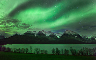 llbwwb:  Aurora over Jægervatn in northern Norway. (by Thorbjørn Riise Haagensen)