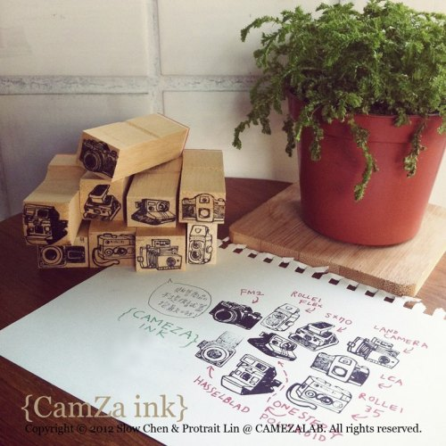 These vintage camera stamps are so cute! (via {CAMEZA INK} 手繪底片相機 橡皮印章組 by CAMEZA PLUS - Pinkoi)