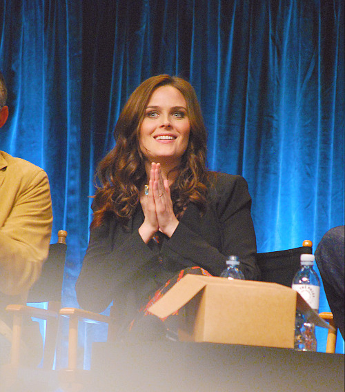 sddawnpatrol:  ijustlovebones:  Emily Deschanel | PaleyFest   With one of the doughnut boxes xD