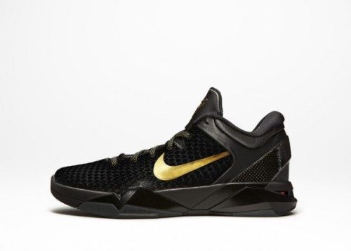 Nike Zoom Kobe VII Elite - Away today marks they day that Nike Basketball revealed a whole bunch of Elite colourways.  black uppers with gold accents.  the sneaker itself has been reworked with a scaly upper, carbon fibre heel and outsole shank.  really clean, really nice luxurious look. click here for more pics Related articles Nike Zoom Kobe VII Elite - Black/Metallic Gold/Dark Grey there… (fudgetacker.tumblr.com)