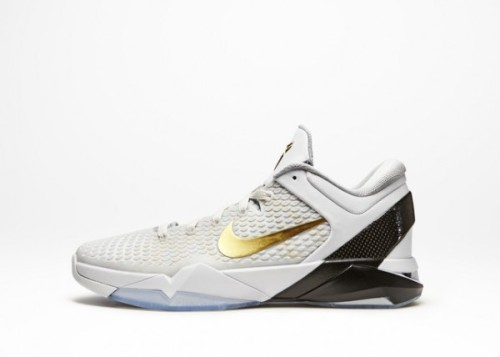 Nike Zoom Kobe VII Elite - Home the white Home counterpart to the black Away colourway.  white uppers with gold swoosh/logo, still with the contrasting carbon fibre, all sitting on a icy blue sole. the carbon fibre and icy blue sole really set things off. click here for more pics Related articles Nike Zoom Kobe VII Elite - Black/Metallic Gold/Dark Grey there… (fudgetacker.tumblr.com)