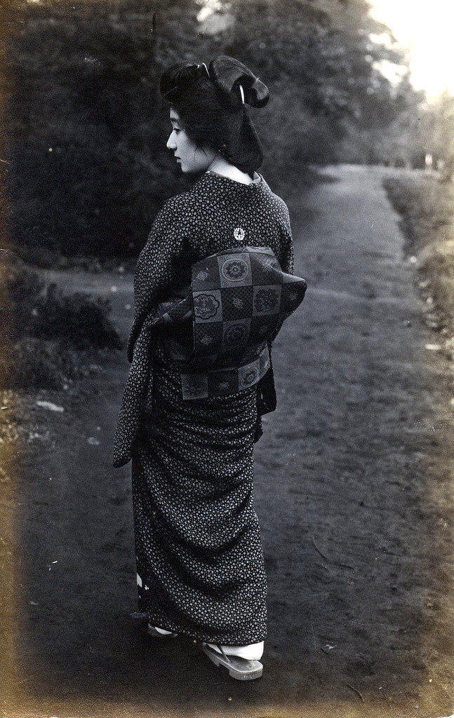 tsmskimonoyokubo:   Geisha from the back 1920s  A postcard of a Geisha showing her obi.    http://www.flickr.com/photos/blue_ruin_1/4962399532/in/photostream/