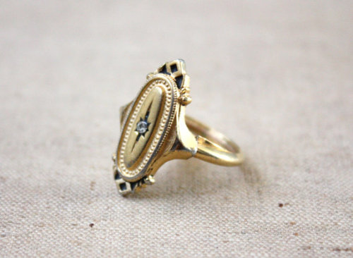 shadyoaks:  this reminds me a lot of an onyx ring I have of my mom's. I don't know where it is at the moment…