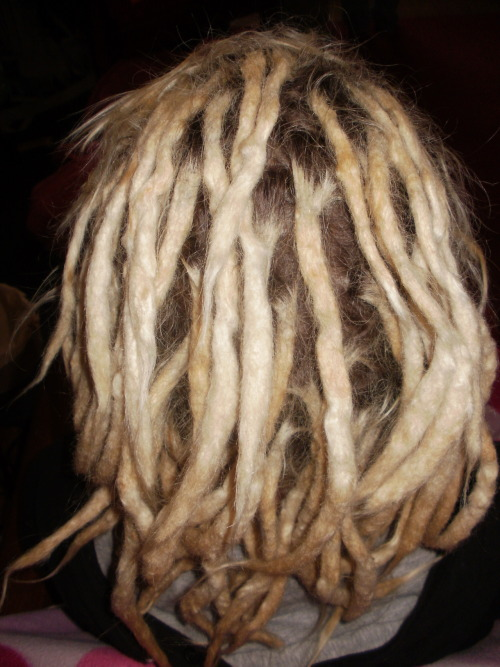 Remember Hannah and her bad ass bleached out dreads? She stopped by for maintenance today and here's what happened. Loads of giggles and mad children being bouncy and cute helped along this crochet session.