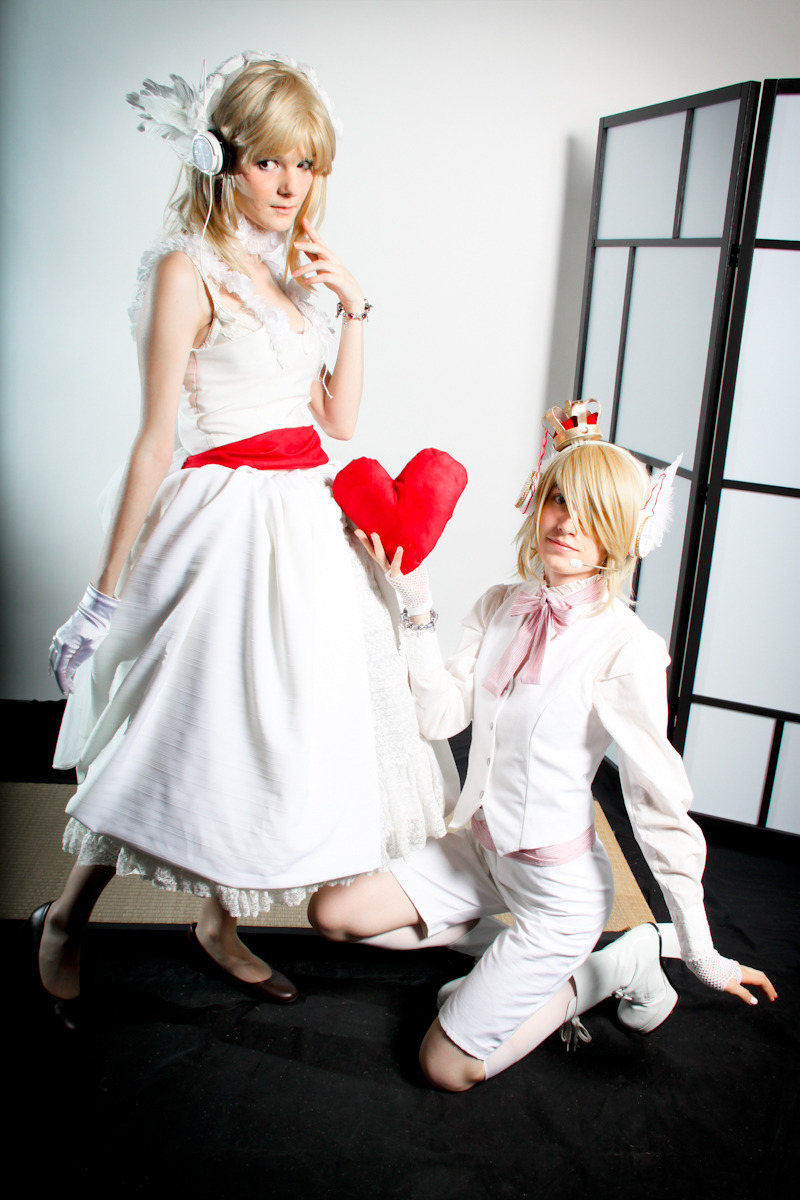 Photo by Objectif CostumeRin (left) : Shae_Len (right) : AnzukamiVocaloid White Magnet