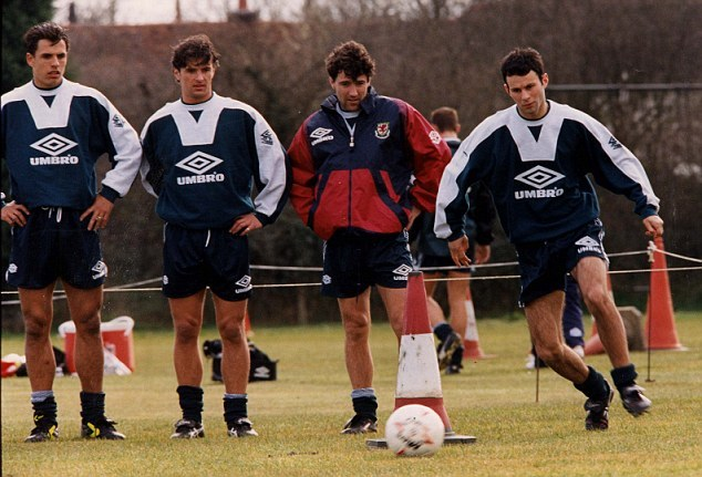 Chris Coleman, Gary Speed and Dean Saunders watch Ryan Giggs train in 1995