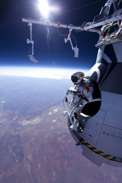 myedol:  Felix Baumgartner jumping from 71,580 feet   Holy shit thats space…