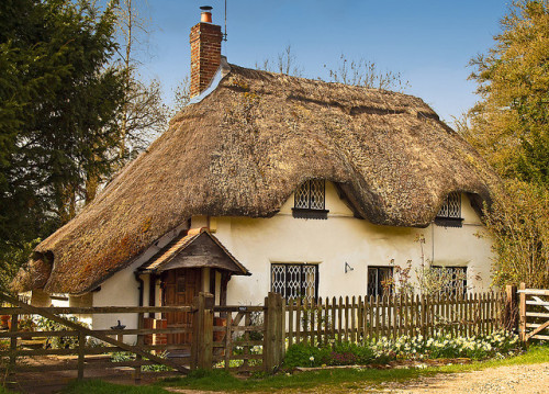 Thatched cottage at Fullerton in Hampshire by Anguskirk on Flickr.