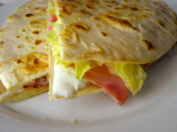 piadina con prosciutto cotto, lattuga iceberg e squacquerone by cuoca_miss on Flickr.