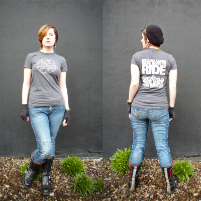 The asphalt colored MotoLady Born to Ride t-shirt! Front and back, a view on a human being! (That human being me, of course.) You can buy it in the MotoLady Spreadshirt Shoppe.