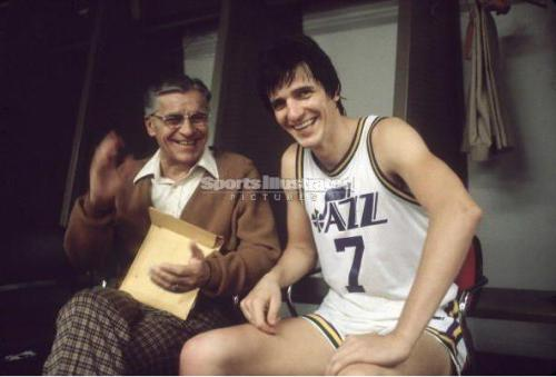 NOV 10, 1978 / SPURS @ JAZZ. Super pic of Pete and Press in the locker room following a win over San Antonio, which was, incidentally, Pete's last ever 40-point game. Nice pants, Press. (SOURCE: SI)