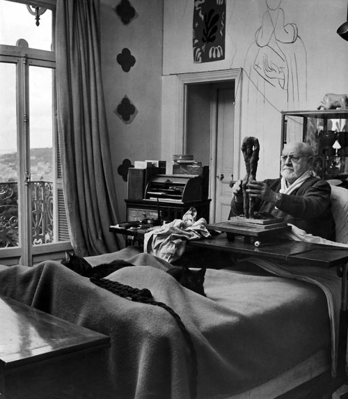 missfolly:  Dmitri Kessel: Henri Matisse sculpting in his apartment (1951)