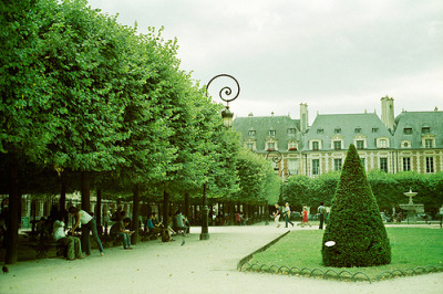 allthingseurope:  Place des Vosges, Paris (by wakingphotolife:)  Used to have my falafel lunch here.