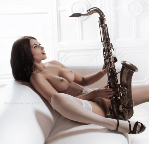 musicandnude:seeksthenight: Just in case anyone was wondering…it is a b-flat tenor sax.