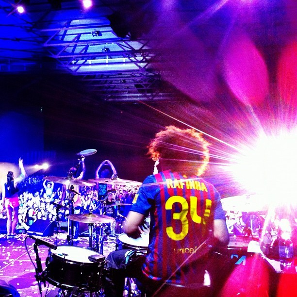 fuckyeahrafaalcantara:  RedFoo from LMFAO wear Rafinha jersey last night at their concert in Barcelona (Rafinha was there and gave it to him)   Barcelona's in the house tonight, Everybody just take a good dive. :p