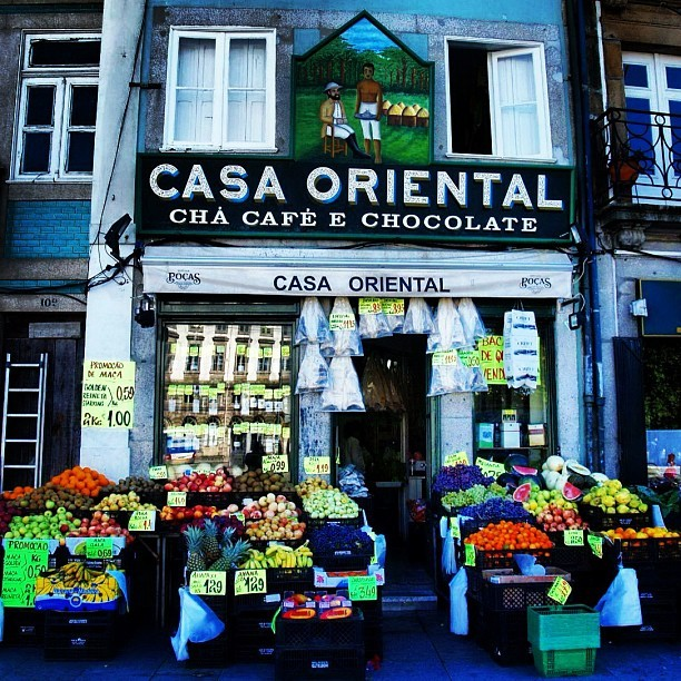 Casa Oriental, a nice colourful grocery #shop in #porto #portugal #instagram #iphoneography #instamood #instagood #igers #igmania #ig #iphonesia #fruits (tomada con Instagram en Porto, Portugal)