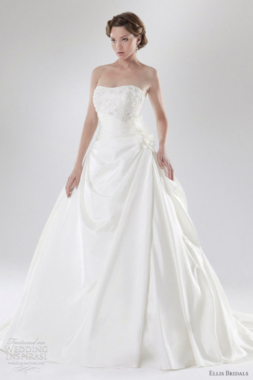 un espectacular vestido de novia clásico de Ellis Bridals. The 2012 Centenary collection