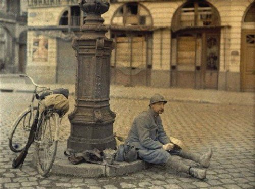 getonyourbike:  French soldier eating lunch. Royal place. (Reims. Marl. France. April 1st, 1917). (via Colour photographs, WWI | Retronaut)