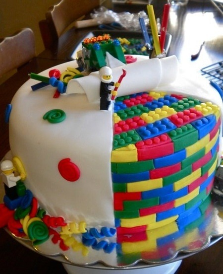 randomologyofmoi:  LEGO cake!! AWESOME!!!  Now this is a LEGO cake! :)