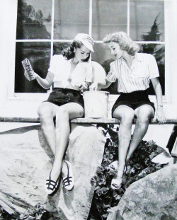 vintagegal:  Jinx Falkenburg and Evelyn Keyes c. 1944