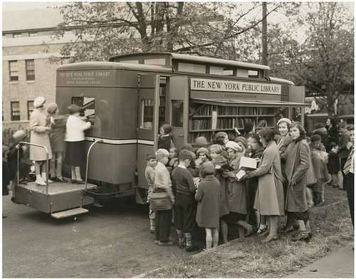 bookmania:  Children led astray by the Bronx Traveling Library, Westchester Square branch, New York. (via Robert Barone)