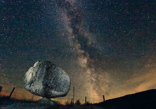 a 40-ton erratic found at the colville indian reservation in washington state from the series 'pet rocks' by fritz hoffmann, 2012 all images © the artist and national geographic (vía giant glacial pet rocks by friz hoffmann)