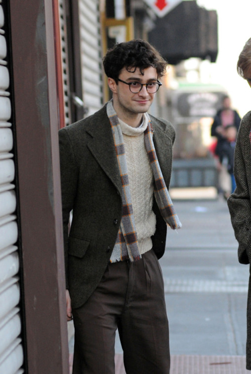 lizzieatbiggiantloser:  popculturebrain:  Dan Radcliffe as Allen Ginsberg on set. visualstimulation:  Yes.   IM GUNNA DIE LOOK LOOK AT HOW CUTE HE IS