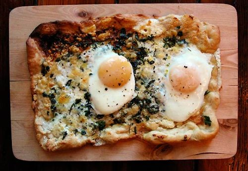 that-looks-good:  (via Recipe: Breakfast Pizza | The Kitchn)