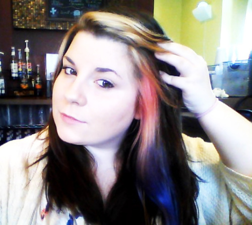 I think I forgot to show you guys my new hair. It's like a pink to purple gradient highlight. Idek guys i was bored the other day.
