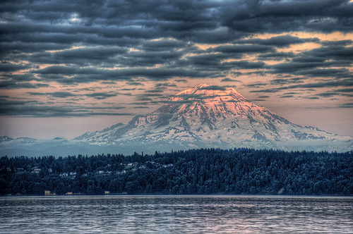 liquideoghan:  Rainier Sunset (by bengrey)
