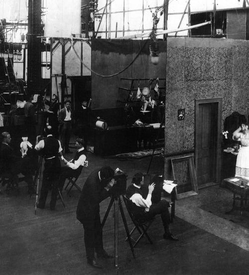 Edison Studios, circa 1907–1914 (Bronx, NY) (via) A silent film studio in action - relatively simple, three-sided sets could be built side by side to make maximum use of the space, with two or more films shooting simultaneously.