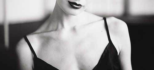 endlesslyfading:   Collarbones♥  one of my favorite parts of the body. i wish mine were as defined as the ones in these pictures.