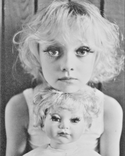Dakota Fanning looks like a doll. A little creepy but very CUTE!