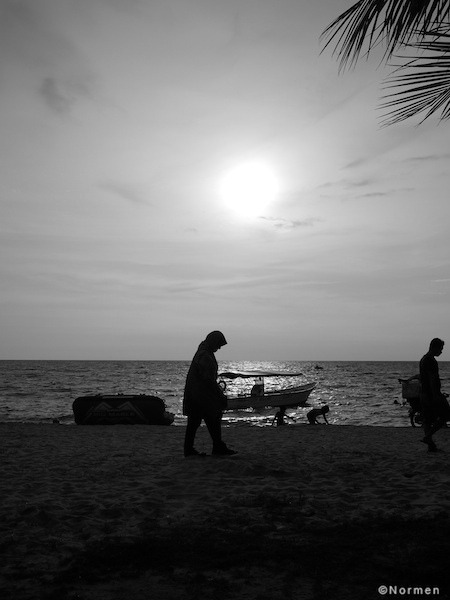 Silhouette @ the beach. Olympus E-P3 with Pana 20mm, ISO 200, f8, 1/1600