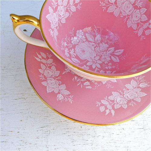etsythings:  (via Vintage Aynsley Pink and White Floral Rose Tea by twolittleowls)