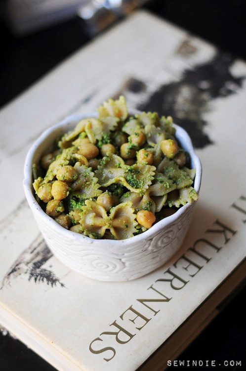 hipsterfood:pesto pasta with chickpeas