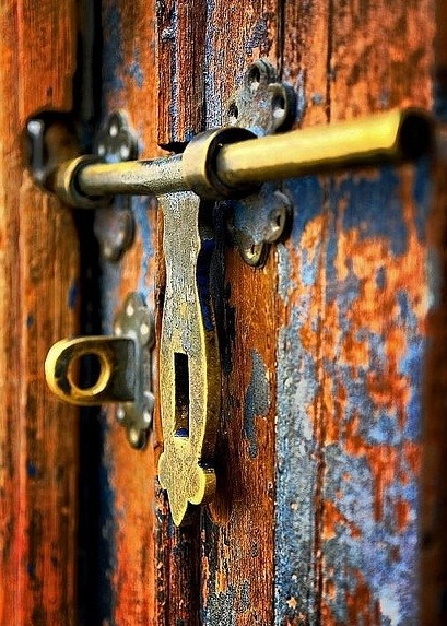 What lies behind close doors? Another life? The past? Or simply the memories we tend when no one is looking~