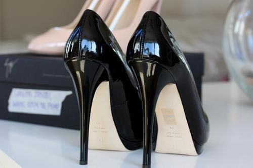 Black and shiny!!! Wow, I just love those High Heels!