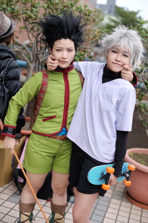 cosplayninja:  Here's a cute cosplay of Hunter X Hunter's Gon and Killua, with Yabesuke as Gon.
