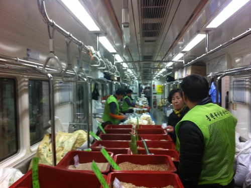 A store in a subway… Grains anyone… Hold on tight~ actually it wasn't moving but very confused when i came down the stairs…